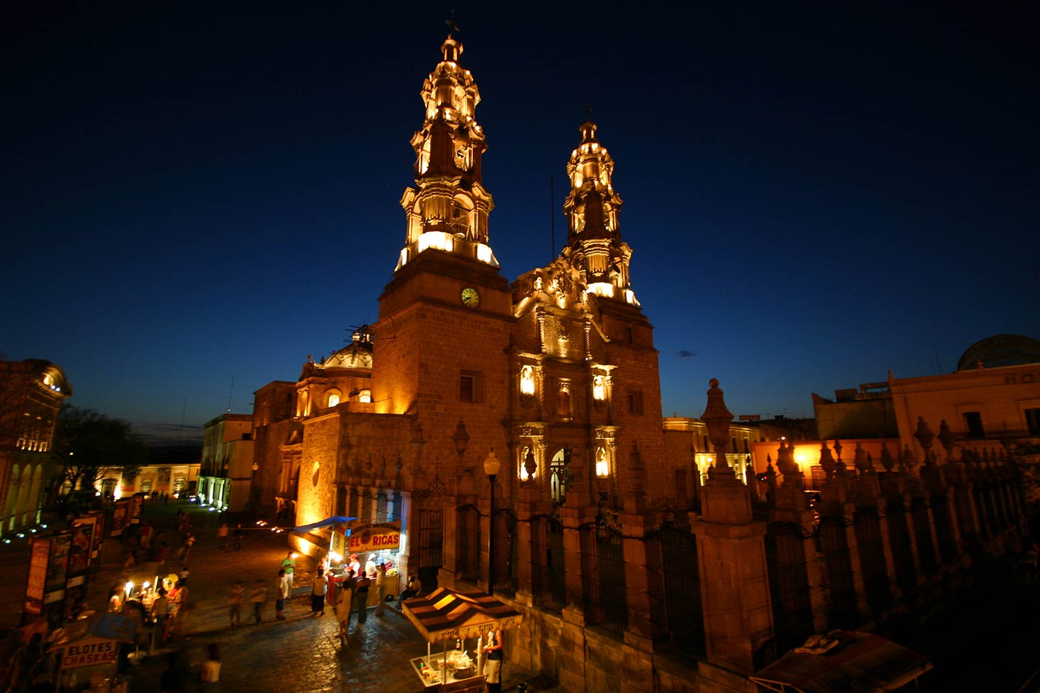 Nighttime view of a cathedral in Aguascalientes
